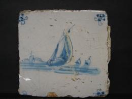 AF. Lot. 671. Ancien Carreau De Faïence En Deflt Représentant Quelques Barques De Pêcheurs. - Delft (NLD)