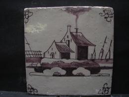 AF. Lot. 685. Ancien Carreau De Faïence En Deflt  Représentant Une Maison Et Le Bord De Mer - Delft (NLD)