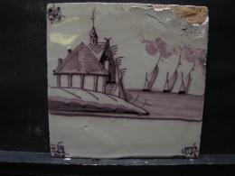AF. Lot. 686. Ancien Carreau De Faïence En Deflt  Représentant Une église Et Le Bord De Mer - Delft (NLD)