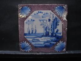 AF. Lot. 687. Ancien Carreau De Faïence En Deflt  Représentant Le Reste D'un Château Et Le Bord De Mer - Delft (NLD)