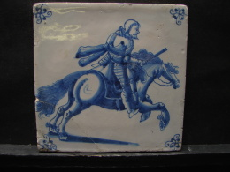 AF. Lot. 700. Ancien Carreau De Faïence En Deflt  Représentant Un Cavalier En Armure - Delft (NLD)