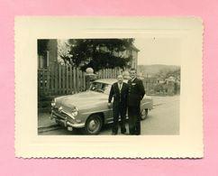 PHOTOGRAPHIE - PHOTO - SIMCA ARONDE  -   ( RUE JEANNE D'ARC - THANN - AVRIL 1956 ) - Automobiles