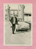 PHOTOGRAPHIE - PHOTO - JEUNE HOMME Et RENAULT DAUPHINE - Automobiles