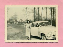 PHOTOGRAPHIE - PHOTO -  JEUNE FEMME Et SIMCA ARONDE   ( LESSINES - BELGIQUE - 1957 ) - Automobiles