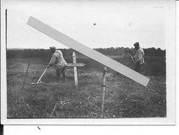 1916-1917 Soldats Français Jardinage Ratissage Près D'une Fosse Commune De 6 Soldats Français 1 Photo Ww1 1wk 14-18 - War, Military