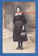 CPA Photo - Portrait D'une Femme En Costume Traditionnel - Folklore à Identifier - Coiffe ? - Mode Sac à Main Chaussures - Costumes