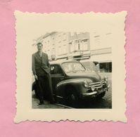 PHOTOGRAPHIE - PHOTO -  JEUNE HOMME Et RENAULT 4 CV  (  GAND - BELGIQUE - 1956 ) - Automobile