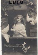 FEMMES N° 225 : Belle Entourai De Colombes  ( Carte Allemande écrit En Ancienne Langue ) - Femmes