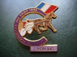 PIN'S LYON S.C. GRAND NATIONAL DU TROT 1992 SIGNE STARPIN'S. - Städte