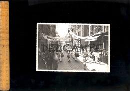 Photographie Originale Ville De TARARE Rhône Défilé Sur Route Nationale 7 Fête Des Mousselines Rue Zola Vers 1940 - Places