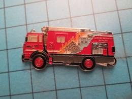 Pin512a Pin's Pins / Beau Et Rare :  SAPEURS POMPIERS  CAMION POMPE PYRAMIDE DU LOUVRES ARC DE TRIOMPHE  Marquage Au Dos - Firemen