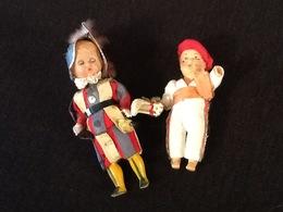 Lot De 2 Poupées Folkloriques (Garde Du Vatican Et Joueur De Pelote Basque) - Dolls