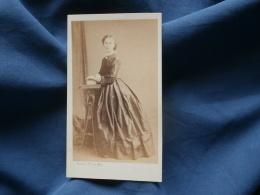 Photo CDV  Bisson Eue Garancière  Paris  Jeune Femme Portant Une Belle Robe   Second Empire - CA 1865 - L354 - Old (before 1900)