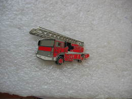 Pin's Ancien Camion De Pompiers De Marque Renault Avec La Grande Echelle - Feuerwehr