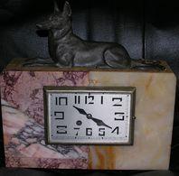 ... HORLOGE EN MARBRE , De 31 Cm Sur 19 Hauteur Sans Le Chien, Avec Chien 32 Cm. - Clocks