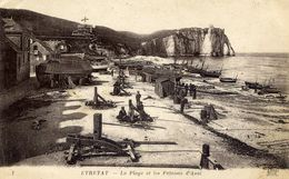 76 ETRETAT - La Plage Et Les Falaises D'Aval - Animée : Cabestans, Caloges, Barques... - Etretat