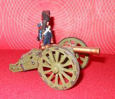 Guerres  Napoléoniennes - 1 Artilleur Français Vielle Garde à Pied  Et Son Canon - Delprado - Tin Soldiers