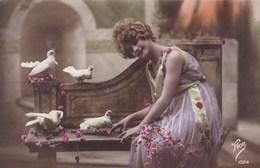 Lady On A Bench With White Doves, Love Birds (pk43089) - Saint-Valentin