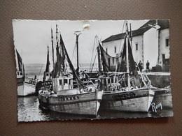 CPA - D44 - LE CROISIC - VOILIERS A QUAI - PECHEURS - TIMBREE 1957 - PHOTO VERITABLE - R11849 - Le Croisic