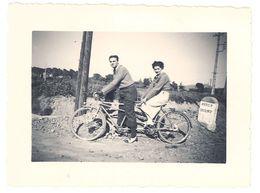 Photo Couple Sur Vélo / Tandem, Borne Kilométrique N99 Hyères Cogolin - Personnes Anonymes