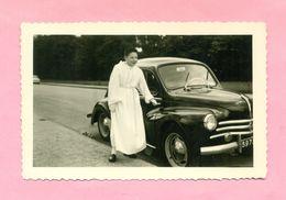 PHOTOGRAPHIE - PHOTO -  COMMUNIANT Et RENAULT 4 CV  ! - Automobiles