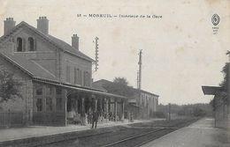 CPA (80)  MOREUIL.  Intérieur De La Gare, Animé, Chef De Gare...B425 - Moreuil