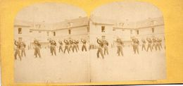 Photo Stéréo, Militaires à L'entraînement Dans La Cour De La Caserne (à Identifier) - Stereoscopic