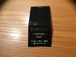 Pochette D'allumettes SEITA «P. MASSON COIFFURE BREST (29)» (Blanc Et Doré Sur Noir) - Boites D'allumettes