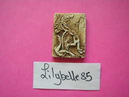 Feve Ancienne Artisanale Porcelaine Mate - Lettre A- MIDGARD 1999 ( Feves ) - Zonder Classificatie