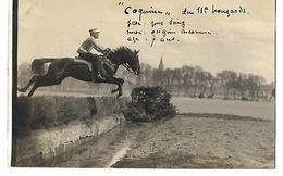 49 CARTE PHOTO SAUMUR MILITARIA ECOLE DE CAVALERIE COQUINE SAUTE UNE HAIE 1914 CPA 2 SCANS - Saumur