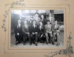 69 BRON LES CONSCRITS 1930 COCARDES ET RUBANS JEAN MARIE CAVALLO AU CENTRE FILS DE JOSEPH SUR LA PHOTO USINE DE CIERGE - Autres