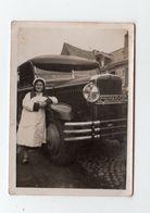 Photo Femme Chauffeur En Uniforme Blanc De Bus Autocar  Berliet ? En Normandie En 1931 Pose Devant Son Bus - Automobiles