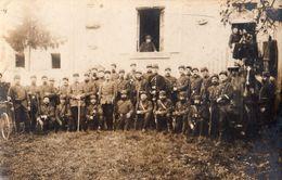 DA211 Carte Postale Photo Vintage RPPC Militaire Groupe WW1 Uniforme Fusil épée - Guerra, Militari