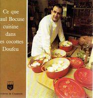 """Ancien Recueil De Recettes """"Ce Que Bocuse Cuisine Dans Ses Cocottes Doufeu"""" (Ed. Fonderies De Cousances) 32 P. - Gastronomie"""