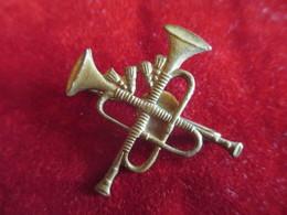Musique/ Insigne à épingle / Trompettes Croisées /Bronze Embouti /Vers 1930 - 1950         PART263 - Altri Oggetti