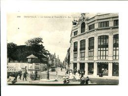 CP - TROUVILLE (14) LES GALERIES DE TROUVILLE ET RUE VICTOR HUGO - Trouville