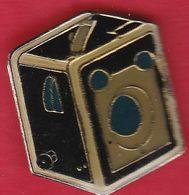 Z  844 ). Je Pense Qu'il S'agit D'un Appareil Photo Kodak Appelé Le Six 20 Modèle C. (début Du 20eme )................. - Altri