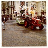 2 Photos Carrés Couleurs Bords Blancs Originales - Tracteur, Cavalcade & Monument à Identifier Un 26.08.1963 - Lieux