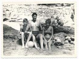 REAL PHOTO, Family On Beach Man Woman And Boy,Famille Sur La Plage Homme Femme Garcon En Maillot De Bain Photo ORG - Personnes Anonymes
