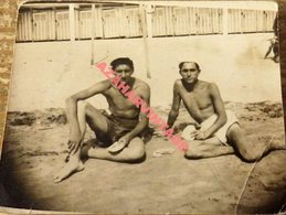 Semi Nude Young Men Pose For A Photo Hugging.Men Gay,78X60MM - Personas Anónimos
