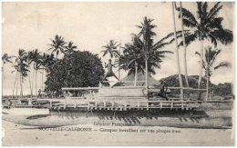 NOUVELLE-CALEDONIE - Canaques Travaillant Sur Une Pirogue à Sec - Nouvelle Calédonie