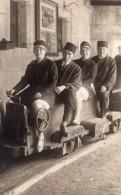 Groupe Sur Train Miniature Chemin De Fer Ancienne Carte Photo Vers 1910? - Boats