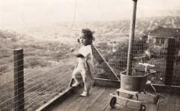 USA ? Enfant Et Son Quadricyle Jouet Sur Balcon Ancienne Photo Snapshot 1930's - Places