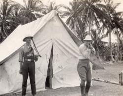 Jamaique ? Chasseur Pointant Son Fusil Vers Le Photographe Ancienne Photo 1920's - Places
