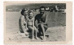 REAL PHOTO -  Family Man Swimsuit Women And Kid Boy On Beach,Homme Femme Et Enfants Garcon Sur La Plage, Old Photo - Personnes Anonymes