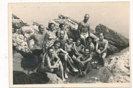 REAL PHOTO -  Two Swimsuit Women And Kids Boys Girls On Beach, Femme Et Enfants Garcons Fillette Sur La Plage, Old Photo - Personnes Anonymes