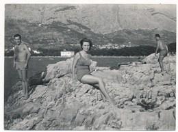REAL PHOTO -   Swimsuit Woman Man Beach Scene, Femme Et Homme Sur La Plage, Old Photo - Personnes Anonymes