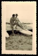 Photo 12 X 8 - Homme Playboy En Slip De Bain Musclé Avec Une Femme Pin Up En Maillot De Bain Sur Un Pédalo --- Del412 - Pin-up