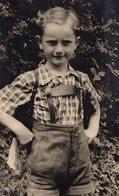 Carte Photo Originale Enfants - Portrait D'un Gamin En Culotte Tyrolienne, Bavaroise, Lederhose En 1948 - Anonymous Persons