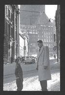 SPORTS - SPORT D'HIVER HOCKEY - QUÉBEC 1952 JEAN BÉLIVEAU EN FACE DU CHÂTEAU FRONTENAC AVEC UN JEUNE GARÇON - Sports D'hiver